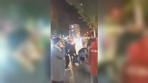 四川德阳一持刀歹徒欲劫持出租车逃跑 被群众合力制服