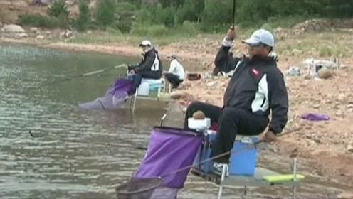 老师傅指出:钓鲴鱼时,抛竿应该保持节奏,这样才不惊扰鱼情