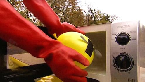 作死老外把气球放进微波炉中,打开开关扭头就跑,结果难以想象!