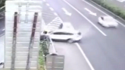 两车高速下道口相撞 其中一车被撞得旋转180度