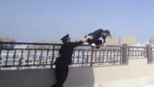 最帅的一抱!民警飞身一跃救下跳楼女子