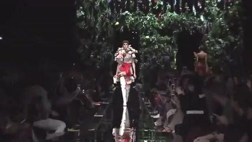 美女模特时尚走秀,用花朵装饰,美丽大气