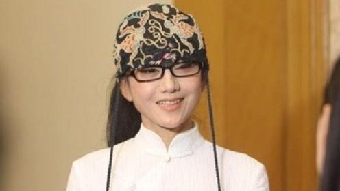 杨丽萍10年都没摘帽子,原以为是装饰,摘下帽子时被吓到了!