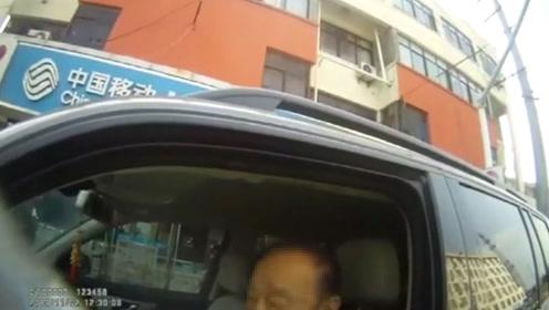 """江苏一90岁""""老司机""""无证开奔驰上路 下一秒就被交警查获"""