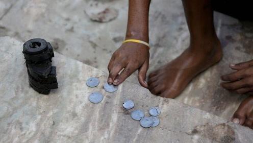 印度儿童潜入恒河为生,一天10小时靠嘴捞硬币,让人心疼!