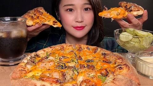 美味的虾仁披萨,小姐姐发出诱人咀嚼声音,你有没有被打动呢?
