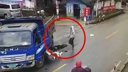 少年无证驾驶摩托车遇货车被摔飞,同伴卷入车底