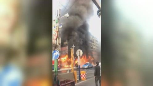安徽蚌埠门面房起火 现场发生多次爆鸣 1人跳楼受伤无生命危险