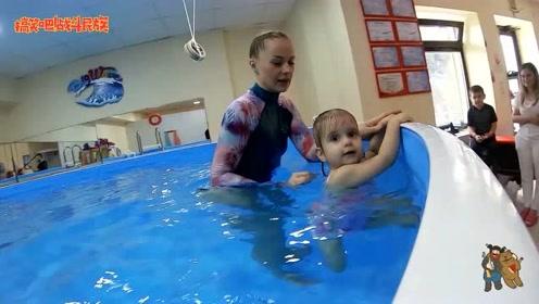 """小宝宝第一次游泳,这个""""狗刨""""把教练都看笑了"""