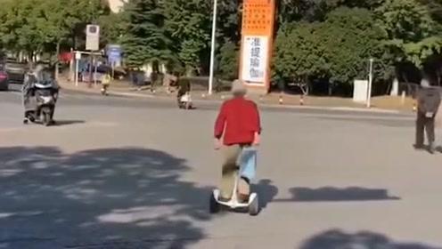 如今除了开车倒库比不过小孩,今天又涨见识了,老奶奶玩的平衡车都驾驭不了