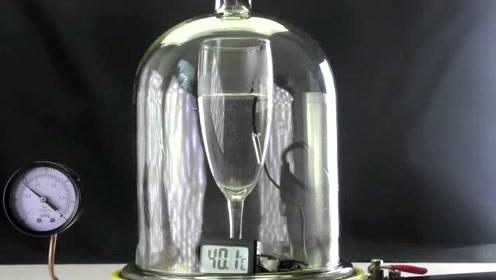 一杯水放在真空环境中,水开了?