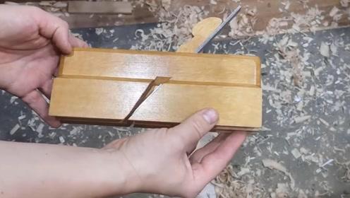 老外制作一个木工刨,这造型我就纳闷了,怎么和我们长得不一样
