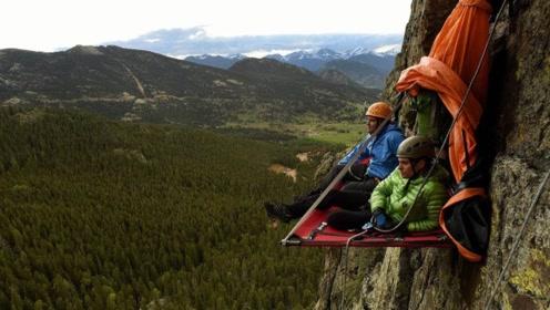 美国两男子仅靠钉子在悬崖上生活20多天 他们是怎么上厕所的呢