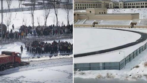 新疆一高校为不耽误学生体侧 竟用铲车在操场清理跑道积雪