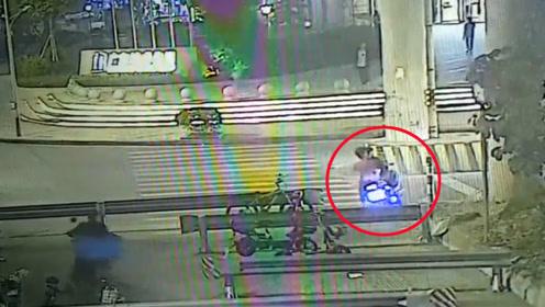 宝马飞撞摩托车3人腾空飞起 监控拍下恐怖瞬间