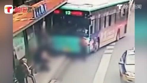 监控:一公交车疑似失控铲上公交站台,多名路人被撞倒