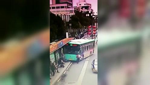 5秒监控太惊心:盐城一公交车撞向站台,两名候车乘客受伤