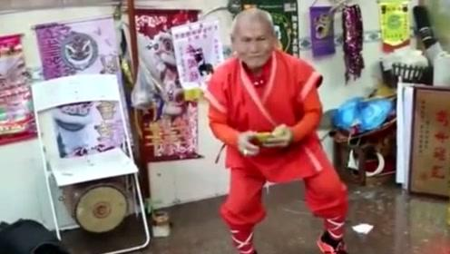 80多岁老猴王,虽说年纪那么大了,猴戏还是那么好
