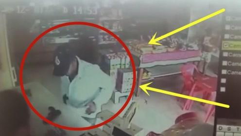 """男子持枪去超市打劫,没想到老板娘反应神速,劫匪瞬间被""""反杀""""!"""