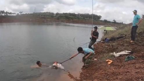 大大的鱼饵抛到水中果然引到巨无霸咬钓,这样的大鱼钓到一次不易