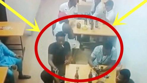 俩人追着十几个打?十几名黑人正在喝酒,3秒后的画面太刺激!