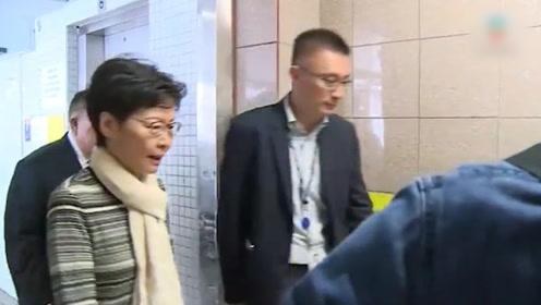 现场!香港警员遭暴徒用弓箭射伤 林郑月娥面色凝重前往医院探望
