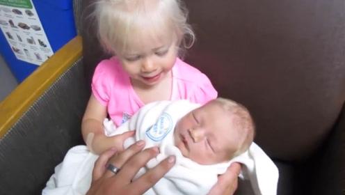 小姐姐到医院看望刚出生的弟弟,直接冲进来,兴奋的眼睛都发光了