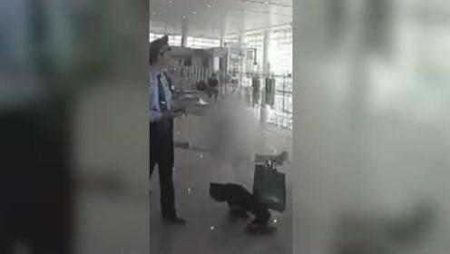 女子无票强闯高铁站被拦 当众躺地上撒泼打滚