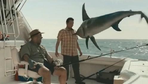 男子发现有鱼上钩,下一秒剑鱼一跃而上,结果会怎样?