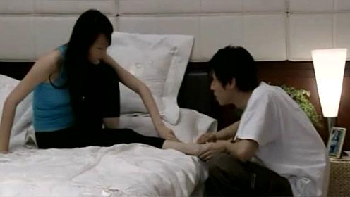 美女老师练功不小心把脚崴了,男友知道心疼了,亲手为她做鸡蛋羹
