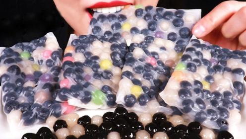 木薯珍珠用米饼包裹,看起来充满特色,小姐姐连吃四块很过瘾