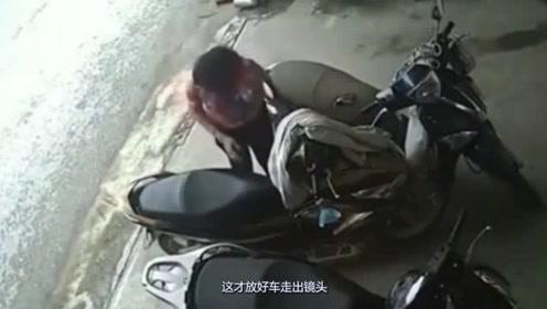 女子假装买东西,偷盗另一辆摩托车座下东西,这操作要不是仔细看都不知道!
