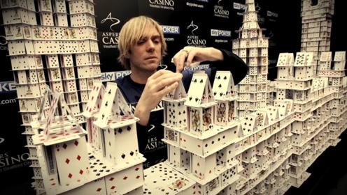 牛人用21万张扑克建房子,却被质疑用胶水作假?于是用球推倒建筑