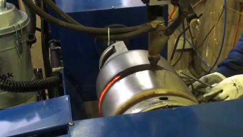 国外工厂煤气罐生产全过程,罐体用特种钢压制,环缝焊接难度最大