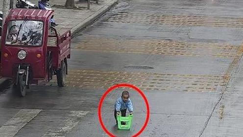 """2岁半萌娃街上""""开车"""" 让人看了直冒冷汗"""