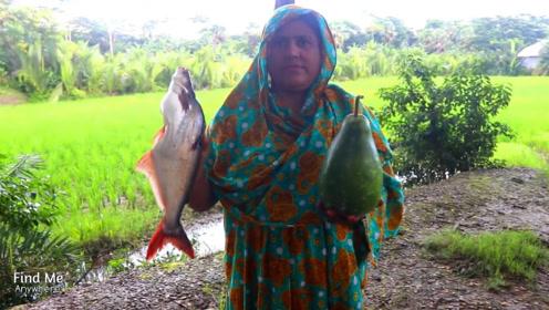 看看印度女人怎么炖鱼给家人吃,露天做饭吃饭,感觉还挺好