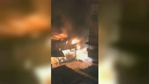 安徽凤台一批发市场突发大火 现场火光四射爆炸声不断