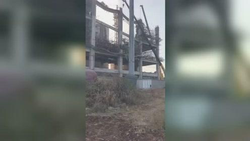 徐州一在建水泥厂突然坍塌 致1人失踪5人受伤