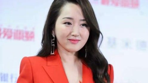 48岁杨钰莹罕见露面,一身红西装美到认不出,不打针的脸太真实