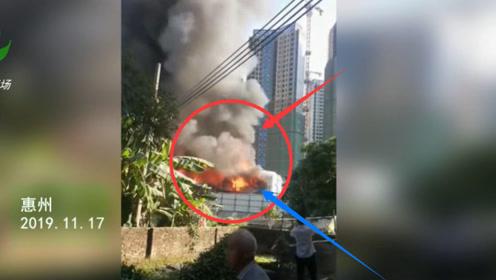 惠州一楼盘工地板房区起火 现场浓烟滚滚