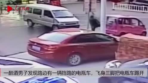 """男子喝醉后代表交警""""暴力""""执法飞身一脚把路边车玻璃踢碎"""