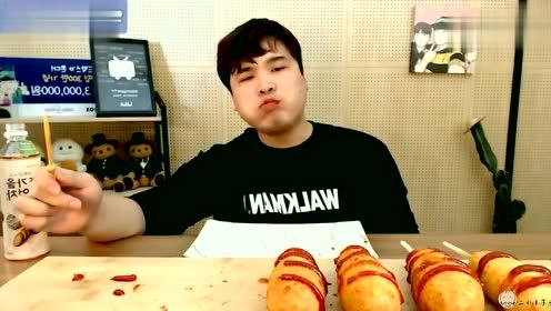 韩国大胃王胖哥,吃特色大热狗,一口咬下去太香了