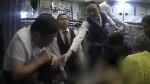 老人飞机上无法排尿面临膀胱破裂  医生用嘴吸出800毫升尿液