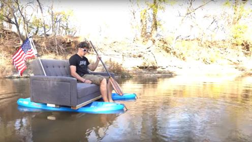 外国小哥自制简易船只,由冲浪板和沙发组成,太会享受生活了