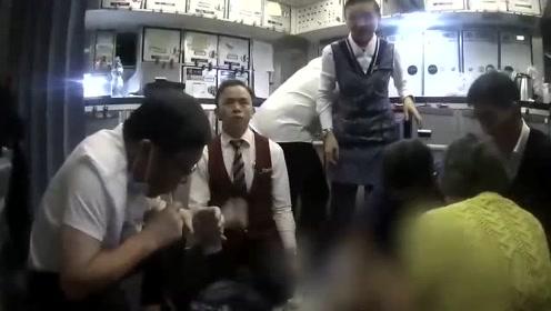 医生飞机上用嘴帮老人吸尿,精神值得致敬