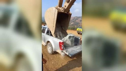 挖掘机给皮卡一块石头,差点没把车砸扁!