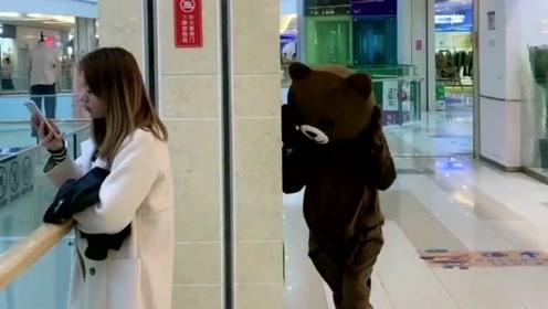 网红熊太皮了,在商场捉弄小姐姐,这下被人收拾了吧