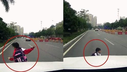 实拍:小学生奔跑过斑马线被撞险遭碾压 几秒后淡定自行爬起