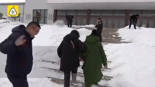弟弟心脏病离世,大娘奔丧路上陷雪堆快急哭