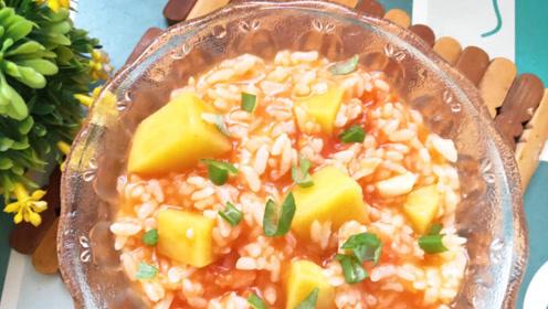 剩米饭别再炒着吃,这样做孩子抢着吃,加这2样蔬菜,营养又美味
